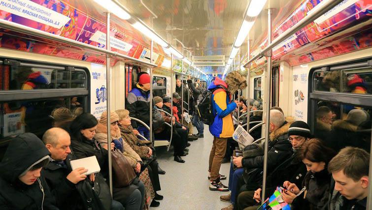 Un vagone di metro, la sera