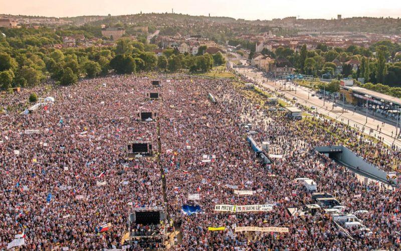 I cechi in piazza. Macek: «La democrazia non è una cosa scontata»