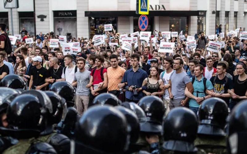 Scrittori e giornalisti sulle dimostrazioni a Mosca