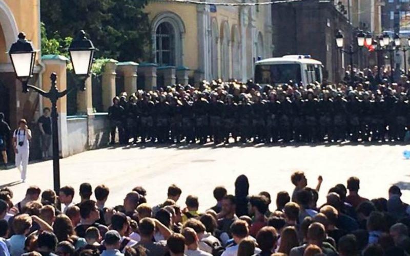 Dimostrazioni a Mosca, spray urticante e porte aperte