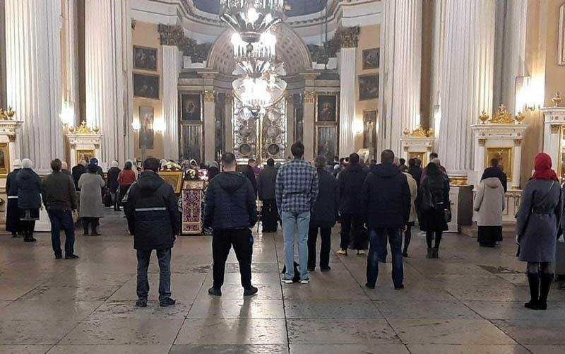 fedeli ortodossi in preghiera covid i cristiani si interrogano